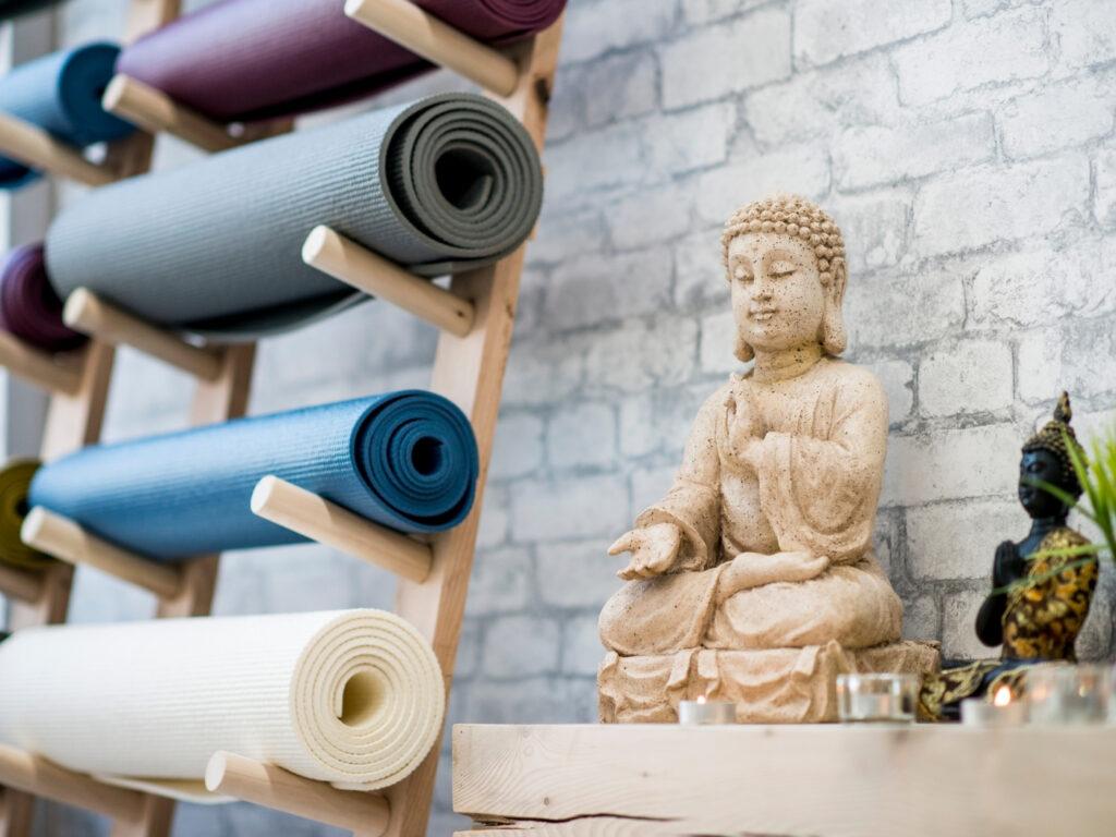 Matten in einem Yoga Studio, die zum Verkauf angeboten werden können. Rabatte können dabei ein wichtiges Yoga Marketing Instrument darstellen