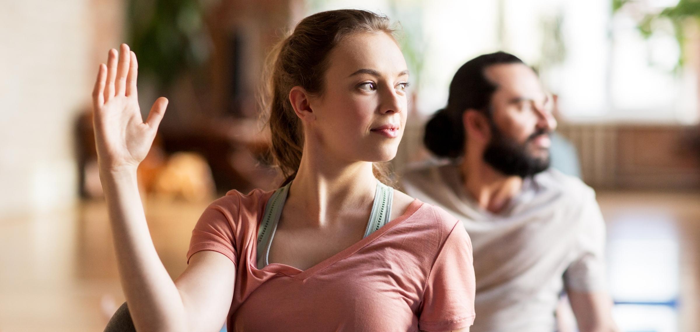 Frau in einem Yoga Studio, die sich fragt, wie viel ein Yogalehrer Gehalt ist
