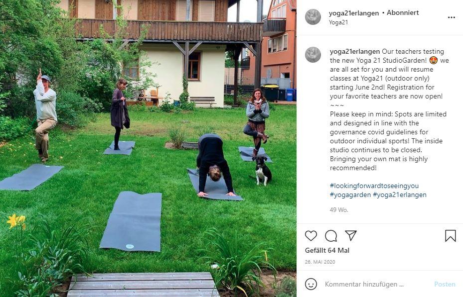 Hybride Outdoor Yoga Stunde bei Yoga 21 mit Liveübertragung