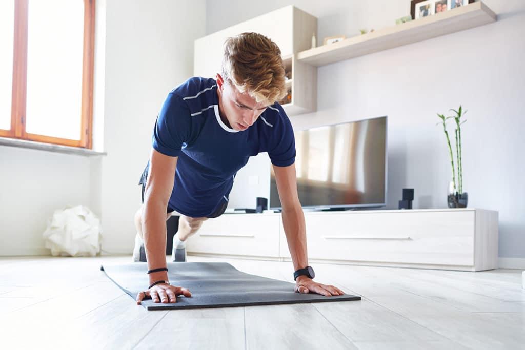 Man beim Workout zuhause