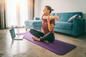 Vrouw volgt online lessen van yogastudio