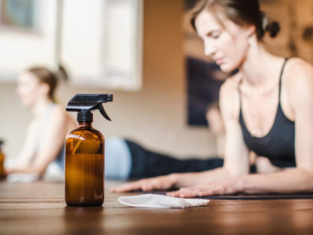 Yogastudio nach der Wiedereröffnung mit Desinfektionsspray