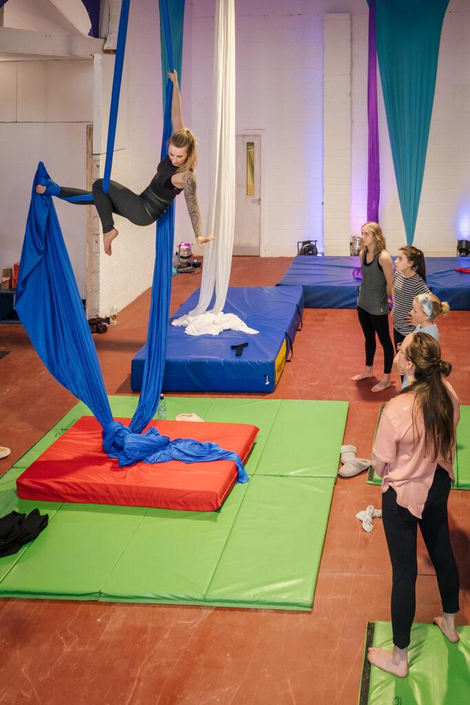 Aerial Silk Vienna während einer Klasse im Studio im ersten Wiener Gemeindebezirk