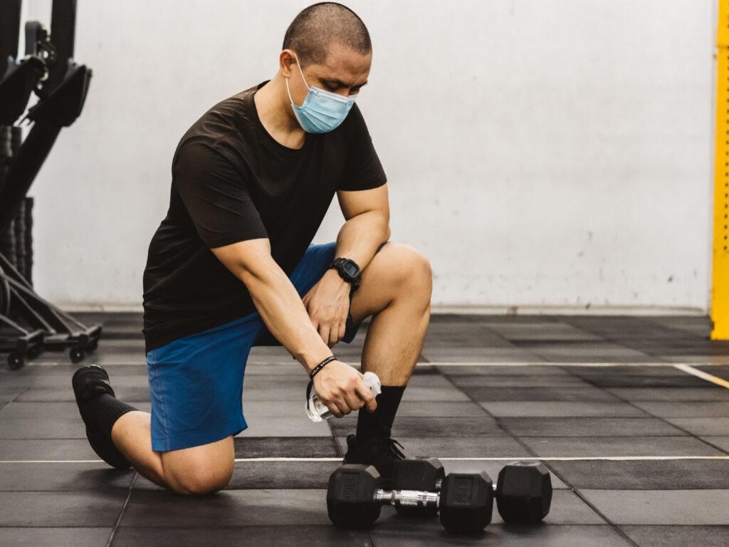 CrossFit Studio nach der Wiedereröffnung, Personal desinfiziert die Geräte