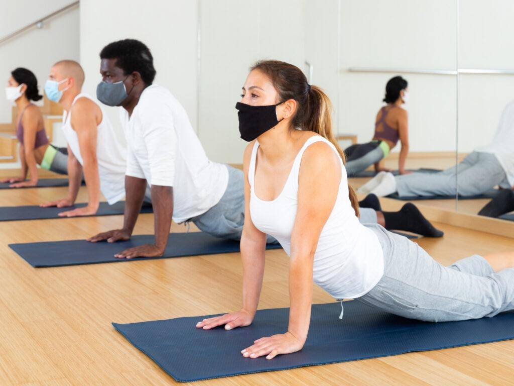 Yoga Studio wieder öffnen mit Maske im Studio