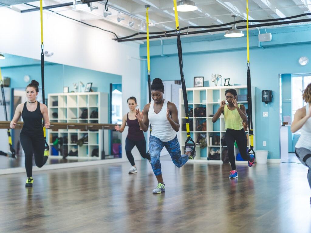 Training mit TRX Band in einem Fitnessstudio, wenn Fitnessstudios wieder öffnen dürfen