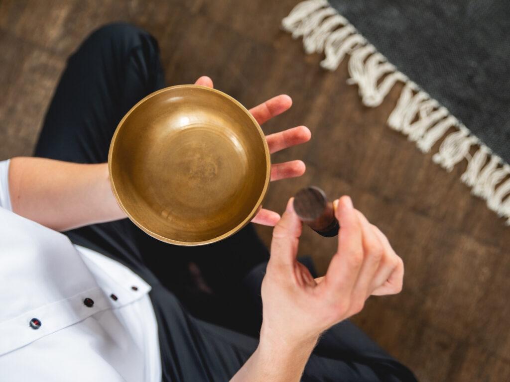 Eine Klangschale lässt sich gut während einer Meditationslehrer Ausbildung einsetzen