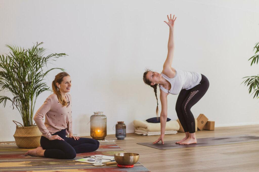 Studio herzfeld: Gründerin Maria beim Aufnehmen von Yoga Videos