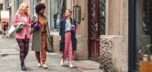 3 Frauen auf dem Weg in ein Yoga Studio