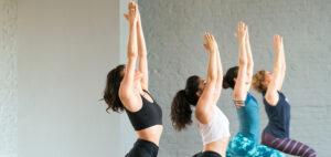 Yogalehrerinnen beim Yoga in einem der Top Yoga Studios in Berlin: Yoga Now Berlin
